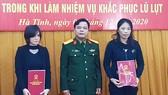 Đại tá Lê Hồng Nhân - Chỉ huy trưởng Bộ CHQS tỉnh trao các quyết định tuyển dụng cho vợ của 2 liệt sĩ