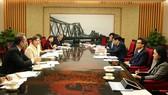 Phó Thủ tướng Vũ Đức Đam nghe báo cáo về một số nội dung quan trọng trong dự thảo Chiến lược Dinh dưỡng quốc gia giai đoạn 2021-2030. Ảnh: VGP