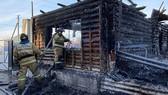 Nhân viên cứu hỏa tại viện dưỡng lão ở Bashkortostan, miền trung Nga sáng 15-12. Ảnh: Tass