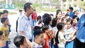 Đại diện Tập đoàn Đất Xanh cùng các mạnh thường quân thăm và trao quà cho Trường Tiểu học Hùng Vương (Tam Kỳ, Quảng Nam) bị tốc mái hoàn toàn sau cơn bão số 9