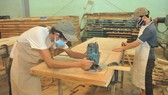 Sản xuất gỗ xuất khẩu tại Công ty gỗ Trường Thành. Ảnh: CAO THĂNG