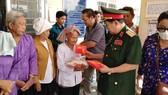 Đoàn tặng quà các gia đình chính sách tại xã Tân Ninh, huyện Tân Thanh, tỉnh Long An