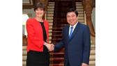 Chủ tịch UBND TPHCM Nguyễn Thành Phong  tiếp Tổng lãnh sự Anh Emily Hamblin. Ảnh: Việt Dũng