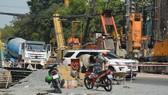 Chiều 5-2, việc nâng cấp đường Nguyễn Hữu Cảnh (quận Bình Thạnh) vẫn được tiến hành, gây khó khăn cho người tham gia giao thông. Ảnh: ĐỨC TRUNG