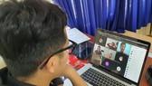 Thầy Hoàng Sĩ Đăng, giáo viên Trường THPT Nguyễn Du (quận 10, TPHCM) dạy trực tuyến môn Kỹ năng sống sáng 18-2