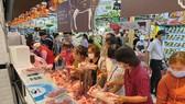 Mua thịt heo tại siêu thị Lotte, quận 7. Ảnh: CAO THĂNG