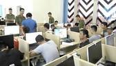 Lực lượng chức năng triệt phá một ổ nhóm tội phạm nước ngoài  ở Việt Nam sử dụng công nghệ cao. Ảnh: CHÍ THẠCH