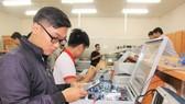 Sinh viên ngành Kỹ thuật điện tử - viễn thông Trường ĐH Quốc tế (ĐH Quốc gia TPHCM)  trong giờ học thực hành