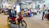 """Người dân thường xuyên bị """"tra tấn"""" bởi âm thanh từ loa di động trước các quán nhậu  (ảnh chụp tối 9-3 trên đường Tạ Quang Bửu, quận 8, TPHCM). Ảnh: CAO THĂNG"""