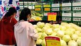 Khách hàng mua nông sản giảm giá tại Co.opmart