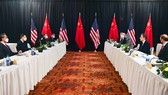 Phái đoàn Trung Quốc (trái) và Mỹ trong cuộc gặp tại Alaksa hôm 18/3. Ảnh: REUTERS