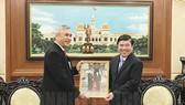 Chủ tịch UBND TPHCM Nguyễn Thành Phong tiếp ông Hanif Salim trong ngày nhận nhiệm vụ hồi tháng 3-2018. Ảnh: hcmcpv