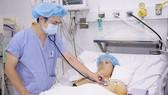 Bác sĩ thăm khám cho bệnh nhân sau phẫu thuật