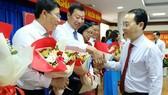 Bí thư Thành ủy TP Thủ Đức Nguyễn Văn Hiếu chúc mừng các lãnh đạo phòng ban vừa thuộc UBND TP Thủ Đức vừa được bổ nhiệm. Ảnh: KIỀU PHONG