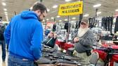 Người dân tham quan một nơi bán súng ở Mỹ