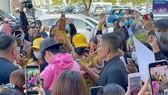 Nghệ sĩ được bao vây bởi fan cuồng (Ảnh trên một fanpage nghệ sĩ)
