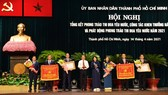 Đại diện Nhà máy nước Thủ Đức (bìa trái) nhận danh hiệu Anh hùng Lao động thời kỳ đổi mới