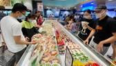 Người dân mua sắm tại một siêu thị ở TPHCM. Ảnh: CAO THĂNG