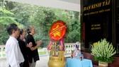 Các cô chú đơn vị N.2683 thắp nhang trước bia kỷ niệm thành lập  Ban Kinh tài tại Trung ương Cục miền Nam (tỉnh Tây Ninh)