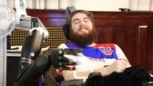 Anh Nathan Copeland dùng não điều khiển cánh tay robot