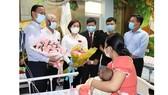 Đại diện Hội Bảo trợ bệnh nhân nghèo TPHCM và đơn vị tài trợ thăm bệnh nhi ca mổ tim thứ 9.000