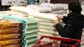 Người tiêu dùng chọn mua gạo tại một siêu thị ở thủ đô Seoul, Hàn Quốc. Ảnh: Yonhap