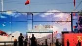 Nhân viên bảo vệ đứng ở cổng của trung tâm giáo dục kỹ năng nghề ở Tân Cương. Ảnh: REUTERS