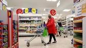 Người dân Anh đi mua sắm ở siêu thị. Nguồn: Reuters