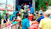 Người dân Hương Khê (Hà Tĩnh) xếp hàng hóa lên xe