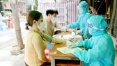 Đội tiêm vaccine lưu động TP Thủ Đức tiêm ngừa cho người dân ở đường 11, phường Phước Bình. Ảnh: LƯƠNG HỢP