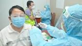 Người già có bệnh nền tim, huyết áp có nên tiêm vaccine Covid-19