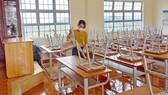 Giáo viên Trường Tiểu học xã Đạ Nhim, huyện Lạc Dương,  tỉnh Lâm Đồng dọn vệ sinh để đón học sinh tựu trường. Ảnh: ĐOÀN KIÊN