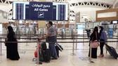 Hành khách tại một sân bay ở Saudi Arabia. Ảnh: Aljazeera