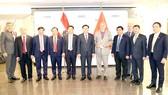 Chủ tịch Quốc hội Vương Đình Huệ với các đại biểu  dự Diễn đàn Doanh nghiệp  Việt Nam-Áo. Ảnh: TTXVN