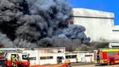 Lực lượng cứu hỏa nỗ lực dập tắt đám cháy. (Nguồn: dailytelegraph.com.au