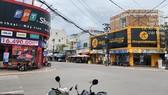 Vào ngày 20-7, phường Bình Định (thị xã An Nhơn, tỉnh Bình Định) bắt đầu giãn cách xã hội theo Chỉ thị 16. Trong lúc đó cửa hàng TGDĐ thuê mặt bằng của ông T.K.M. và ông T.Q.C. vẫn có xe để phía trước. Ảnh: NVCC