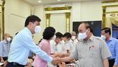 Chủ tịch nước Nguyễn Xuân Phúc trao đổi cùng lãnh đạo TPHCM. Ảnh: Việt Dũng.
