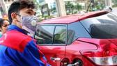 Giá xăng tăng vọt cản trở phục hồi kinh tế sau dịch