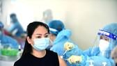 Người dân tiêm vắc xin ngừa COVID-19 tại Trung tâm thể dục thể thao quận Gò Vấp. Ảnh: Duyên Phan