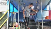 Tài xế - tiếp viên không tiền, ăn ngủ trên xe buýt 'nằm im' suốt mùa dịch Covid-19