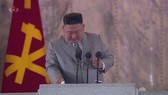 Ông Kim tháo kính để lau nước mắt ngay giữa bài phát biểu. Ảnh: Yonhap