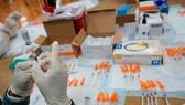 Chuẩn bị vắc-xin coronavirus Johnson & Johnson ở Đảo Staten vào tháng 4. @ Mary Altaffer / Associated Press