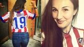 Adriana và áo đấu của Atletico Madrid.