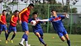 Các cầu thủ cần trút bỏ áp  lực để bước vào trận đánh lớn.  Ảnh: VFF