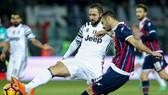 Gonzalo Higuain (trái, Juventus) cản phá cú sút của Gian Marco Ferrari (Crotone)