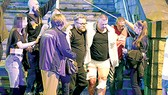 Nạn nhân bị thương được đưa ra khỏi hiện trường