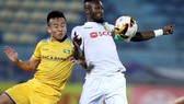 Hoàng Vũ Samson (phải) không thể ra sân ở 3 trận sắp tới bởi án treo giò của AFC. Ảnh: Minh Hoàng