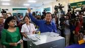 Thủ tướng Hun Sen đi bầu hội đồng phường, xã - Ảnh: Phnom Penh Post
