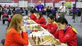 Đội tuyển cờ vua nữ Việt Nam (phải). Ảnh: H.TH