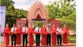 """Lễ cắt băng khai mạc trưng bày """"Chuỗi di sản văn hóa tháp Chăm các tỉnh miền Trung""""."""